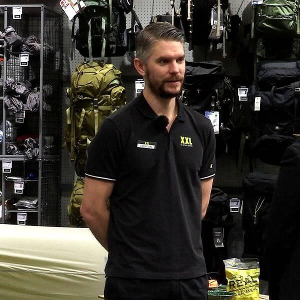 Cristian Spetz stgår i butiken och blir intervjuad.