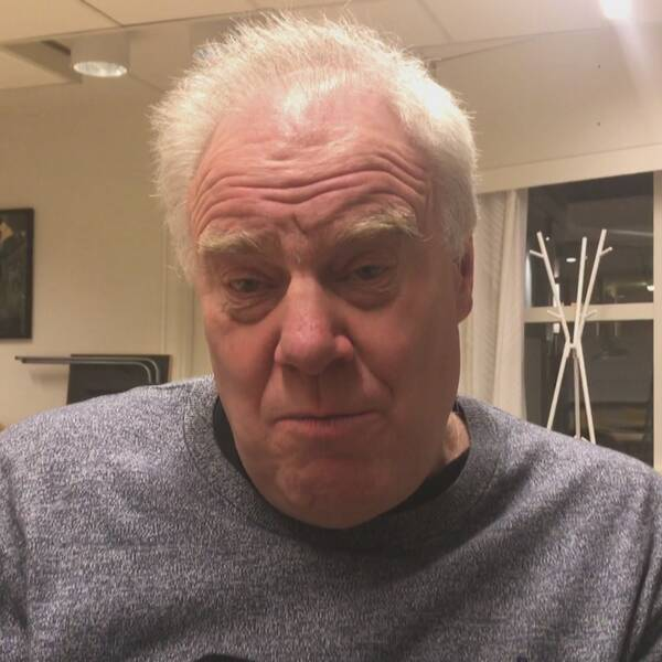 Psykolog i grå tröja i konferensrum.