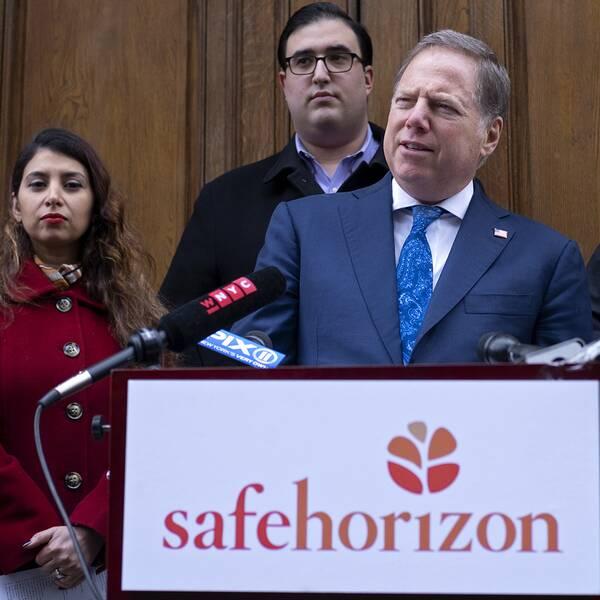 Geoffrey Berman står tillsammans med personer som utsatts för sexbrott som barn. Till höger: Prins Andrew.
