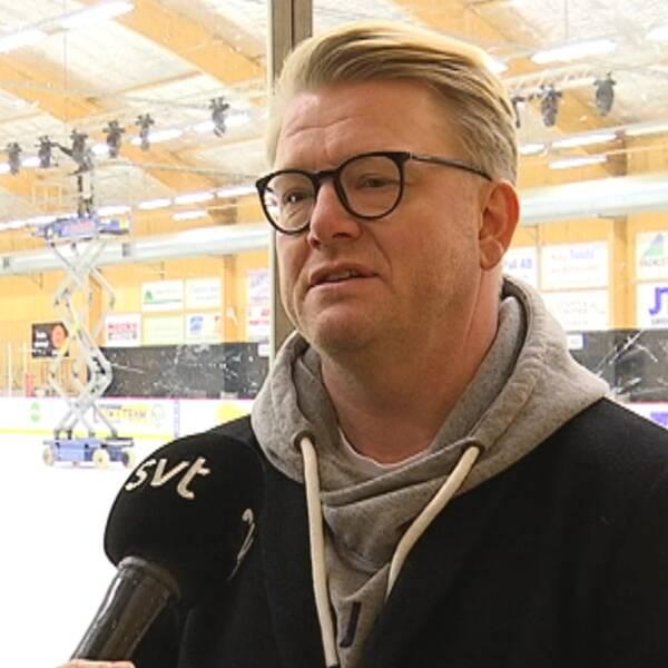Christer Johansson intervjuas i Alfta ishall.