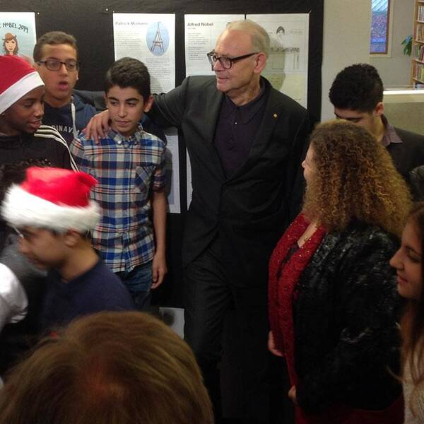 Julstämning bland eleverna när Modiano togs emot.