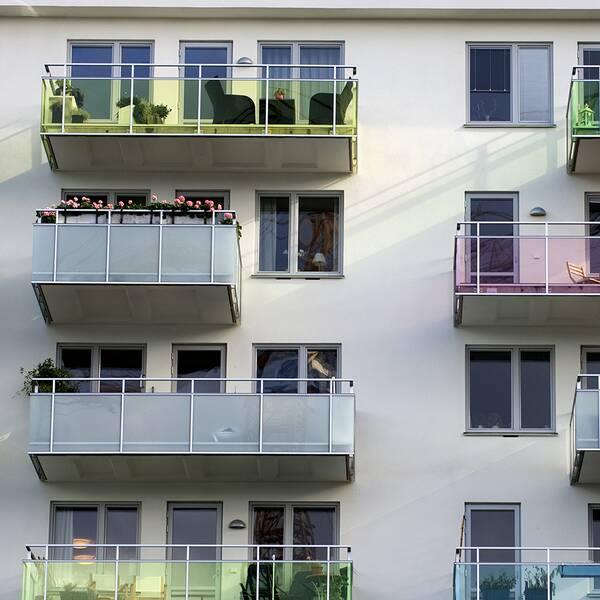 En lägenhetsvisning och ett flerfamiljsbostadshus.