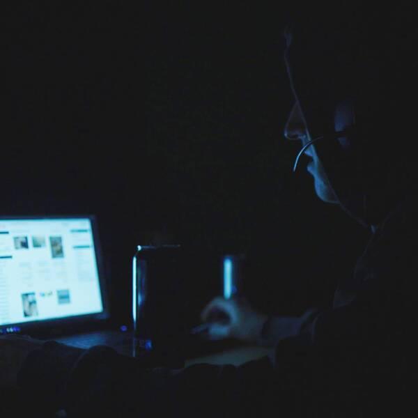 Datorskärmar i mörkt rum.