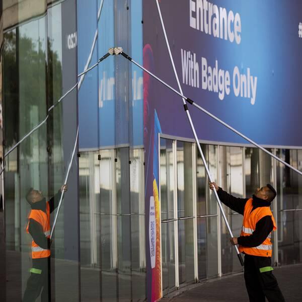 Fönstren putsas inför den stora mobilmässan i Barcelona.