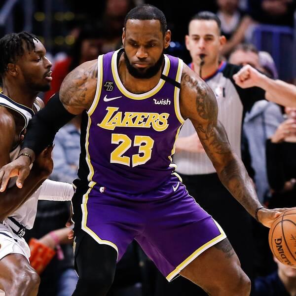LeBron James håller undan för Denvers Jerami Grant.