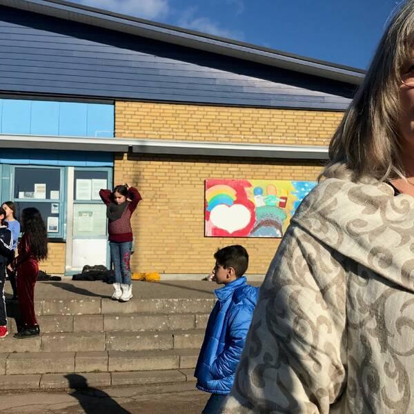 Anette Swenninger, rektor på Dalhemsskolan, står på skolgården