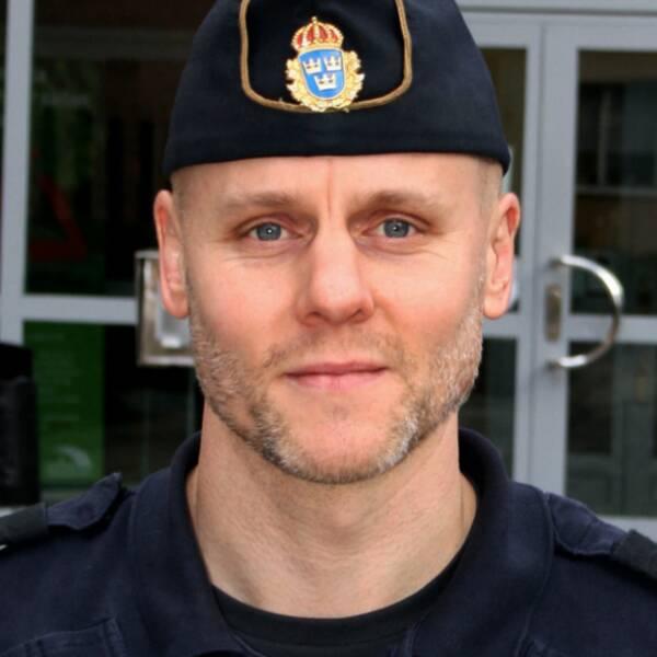 Tvådelad bild med mans ansikte i förgrunden och polishus i bakgrunden, samt bandidosemblem