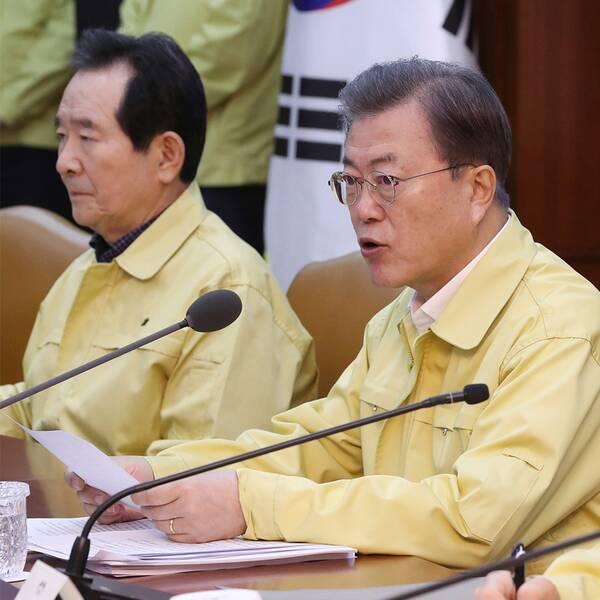 Sydkoreas president Moon Jae-In vid ett regeringssammanträde på söndagen. Antalet konstaterade virusfall i landet ökar snabbt.