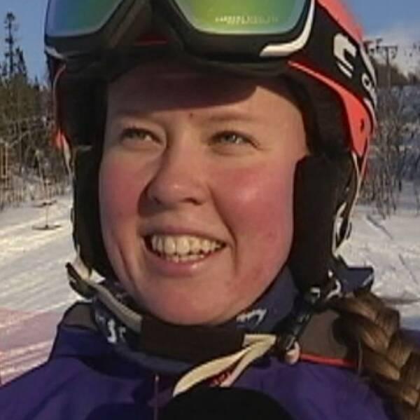 Tre personer i skidhjälm och skidglasögon intervjuas i Åre. Från vänster medelålders kvinna i blå jacka, ung tjej med fläta, medelålders man i röd jacka.