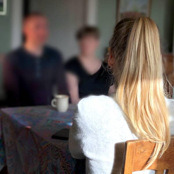 Debatten om behandlingen av barn med uppgivenhetssyndrom, så kallade apatiska barn, har intensifierats och diagnosen har ifrågasatts. Socialstyrelsen förväntas komma med nya riktlinjer för vården. SVT har mött en familj vars dotter insjuknade 2016.