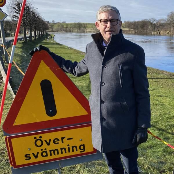 Lars-Göran Persson, vd på Laholms Sparbank, framför den överfulla Lagan