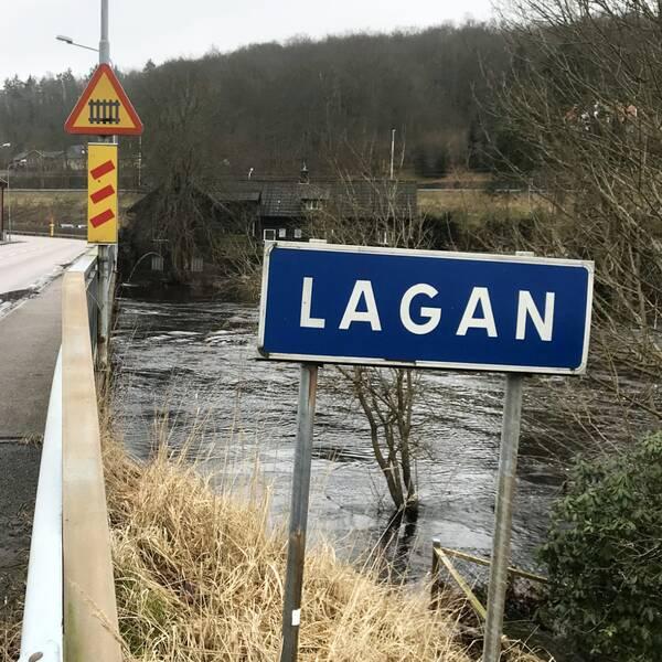 Trots nedgraderingen är det fortsatt mycket höga flöden i Lagan, som syns på bild.