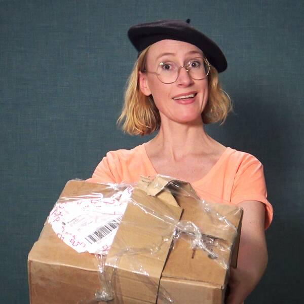 Plus reporter håller upp en trasig förpackning. Explainervideo.