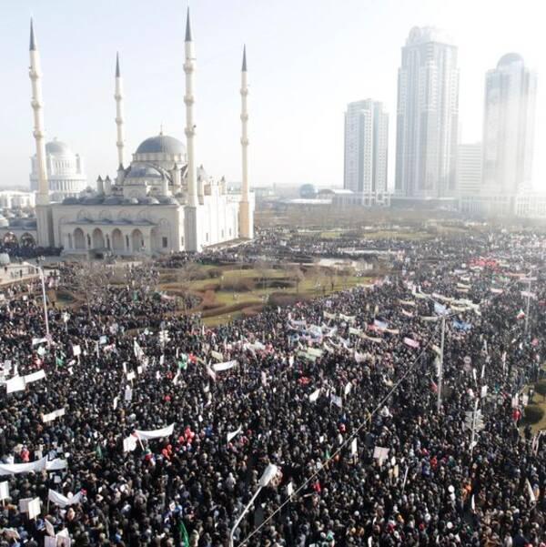 Tusentals demonstranter i Tjetjeniens huvudstad Groznyj.