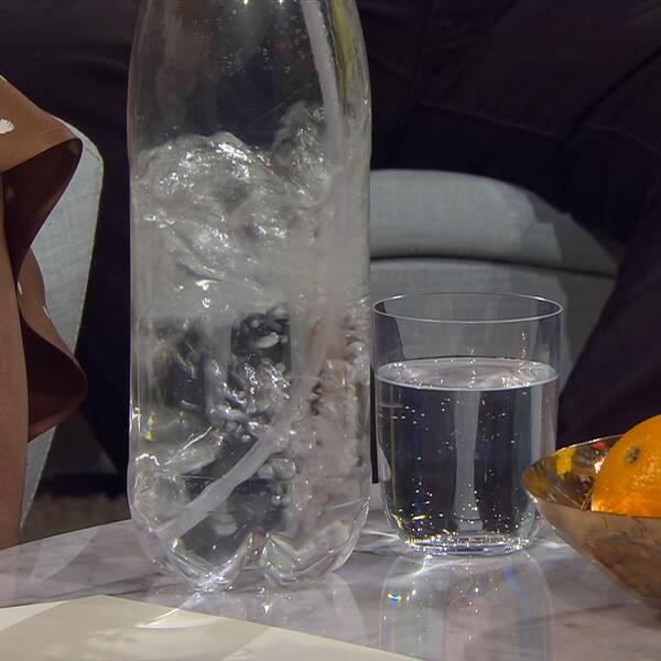 Plastflaska med vatten.