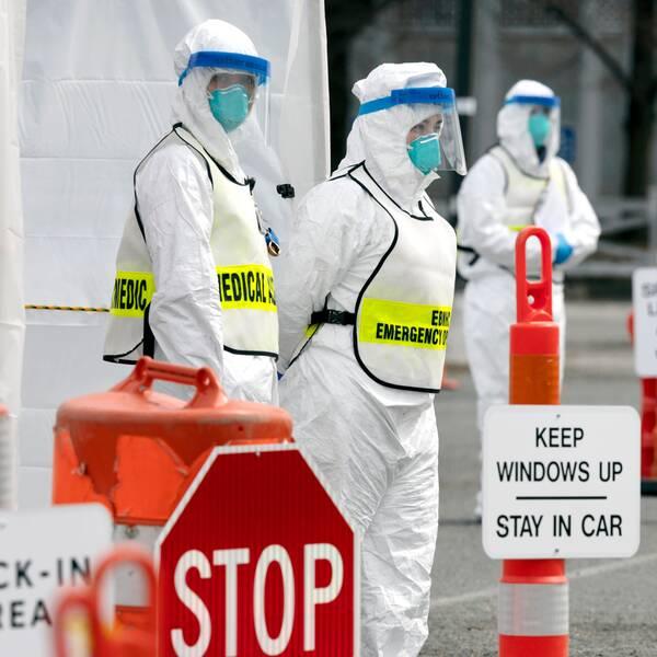 """Vårdpersonal i Boston vid en """"drive through"""" för corona tester. Personer som ingår i riskgrupper eller av andra skäl har rätt att testas enligt delstatens riktlinjer kan där enkelt låta sig undersökas."""