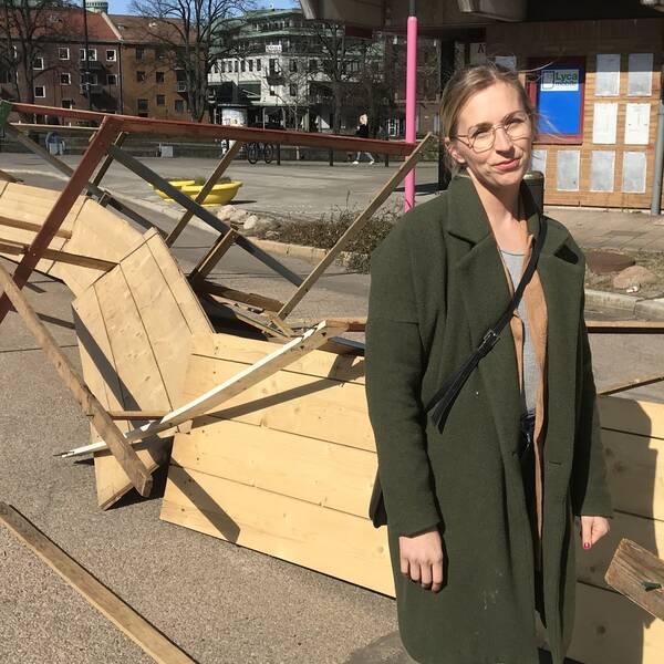 Verksamhetsledaren på Hallands Matgille, Anna-Maria Spaniol, vid de trasiga stånden på Österskans.