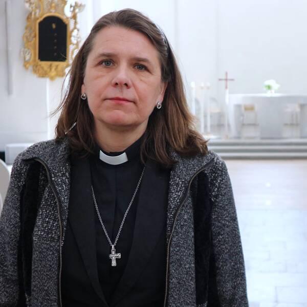 kvinnlig präst i kyrka