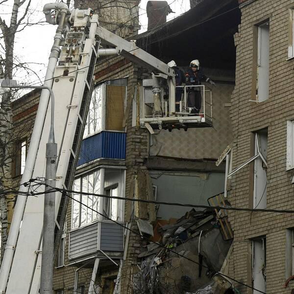 Gasexplosionen slet upp ett stort hål i bostadshuset.