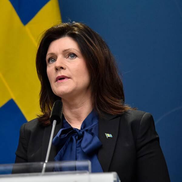 """""""Vi inför nu ett snabbspår för kvalitetssäkring av personlig skyddsutrustning,"""" säger arbetsmarknadsminister Lena Hallengren, som också syns i bild."""