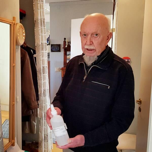 Jan Bramfors tog saken i egna händer när han ansåg att hemtjänsten är för oskyddad, här står han i hallen i sin lägenhet med handsprit.