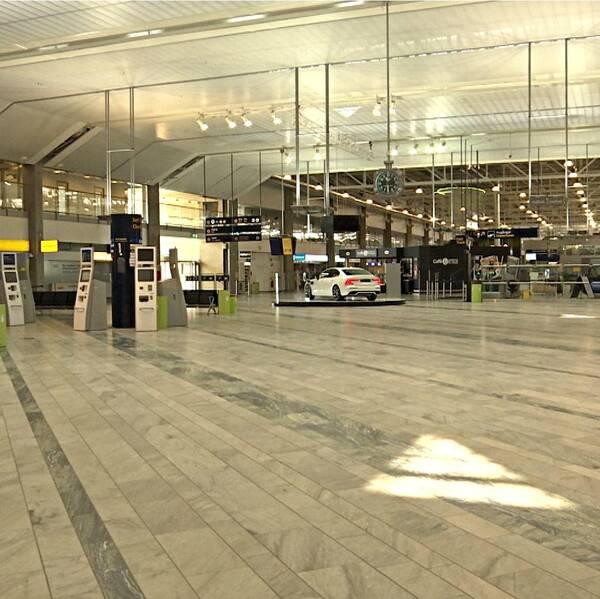 Taxichaufför och tom flygplats.