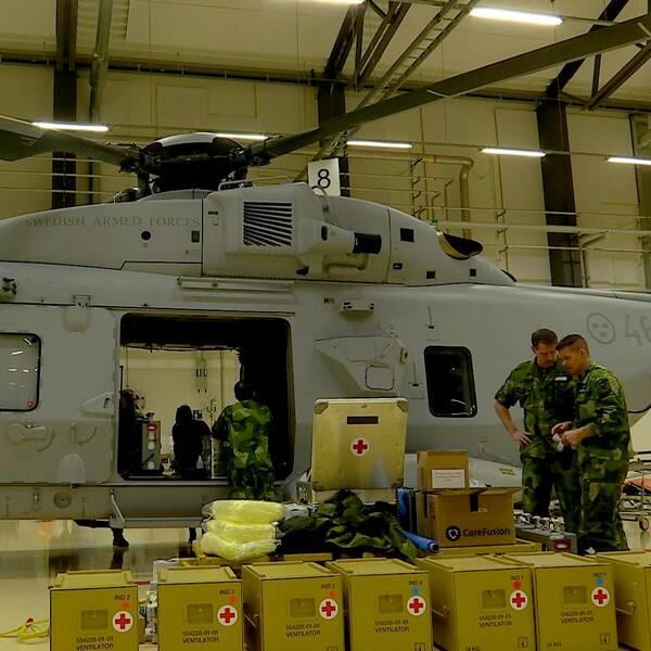 En militärhelikopter av typen Helikopter 14 sedd från sidan.