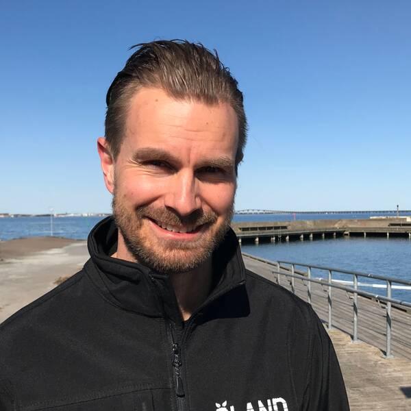 Man i solsken med Kalmarsund i bakgrunden.