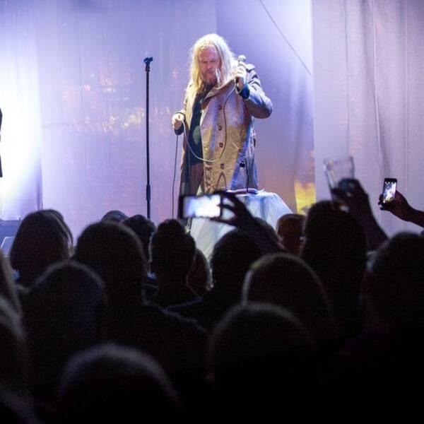 """Tusentals konserter har ställts in i Sverige på grund av coronaviruset. Bilden visar punkpoeten och rockartisten Mattias Alkbergs teater/rock-föreställning """"Personer"""" på Pustervik."""