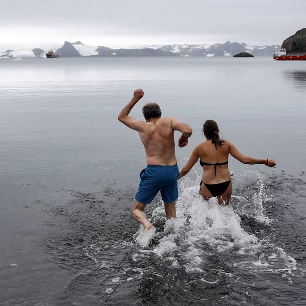 Två personer som badar.