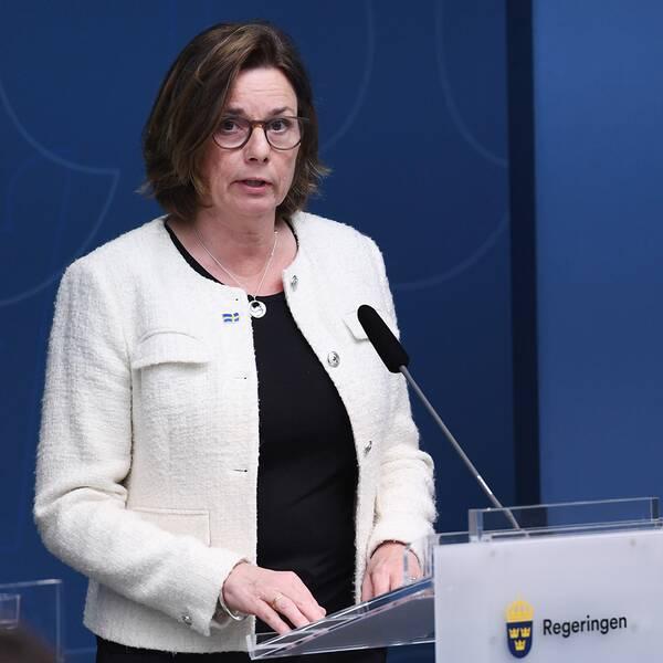 Vice statsminister Isabella Lövin (MP) håller pressträff.