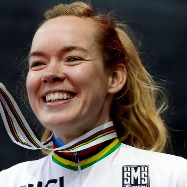 Anna van der Breggen, här med guldmedaljen från cykel-VM:s linjelopp 2018, har bestämt sig för att lägga av efter OS nästa sommar.