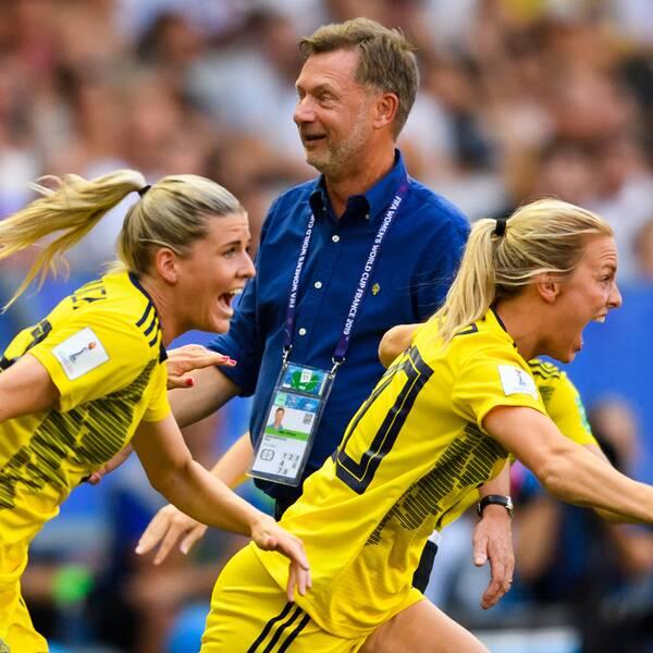 Elin Rubensson, Madelen Janogy, Olivia Schough och Mimmi Larsson springer förbi förbundskapten Peter Gerhardsson när VM-bronset är säkrat.