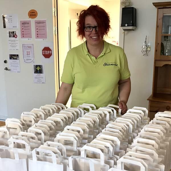 Marie Björklind med matsäckspåsar som ska delas ut