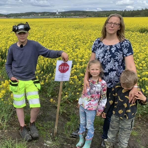 Familjen Eriksson (mamma Linda och barnen John, Alva och Nils) har sin gård i Fjärås, Kungsbacka kommun. De har placerat ut flera stoppskyltar kring det angränsande rapsfältet.