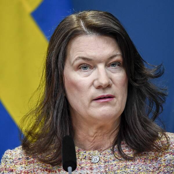 Ann Linde står framför svenska flaggan under en presskonferens.