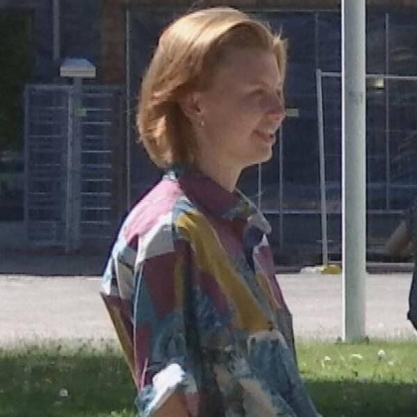 Tre bilder. Moa Söderberg till höger, flera högar med böcker i mitten, och Agnes Stålhammar till vänster.