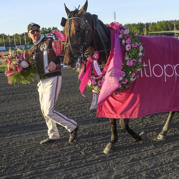 Propulsion med tränaren Daniel Redén (till vänster) och kusken Örjan Kihlström efter vinsten i Elitloppet på Solvalla i söndags kväll.