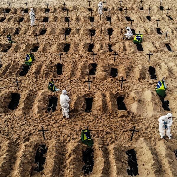 Aktivister gräver gravplatser på Copacabana i Rio de Janeiro, Brasilien.
