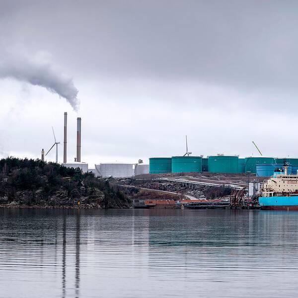Claes-Göran Sundberg, lagman i mark- och miljööverdomstolen, lämnar beskedet om Mark- och miljööverdomstolens positiva beslut om Preems planerade utbyggnad av raffinaderiet utanför Lysekil