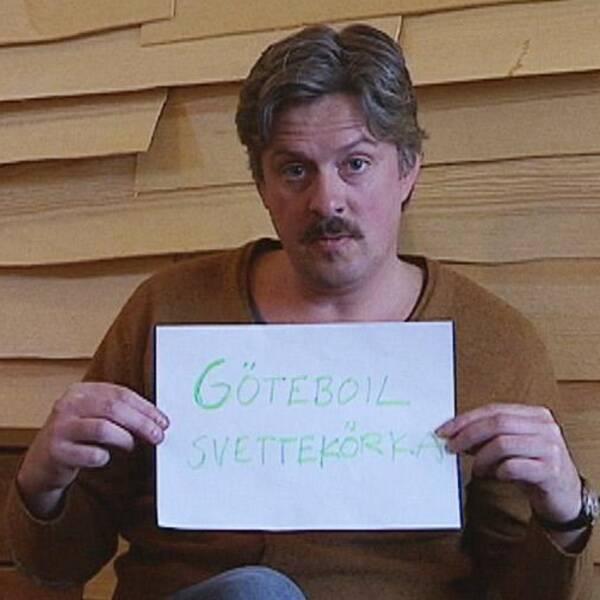 Henri Kruusvaal håller upp en skylt med nomineringarna Göteboil och Svettekörka