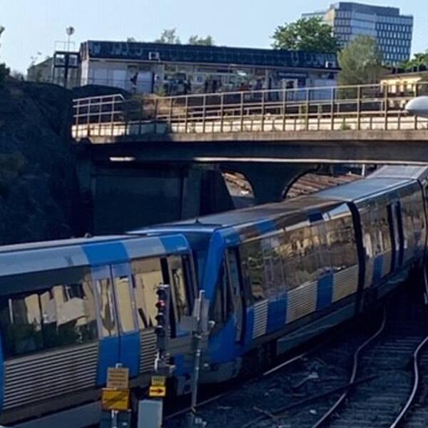 Det urspårade tunnelbanetåget.