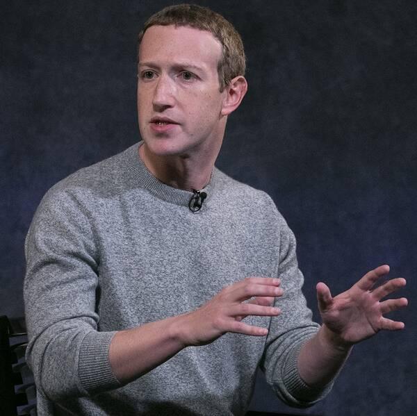 Mark Zuckerberg gestikulerar med händerna.
