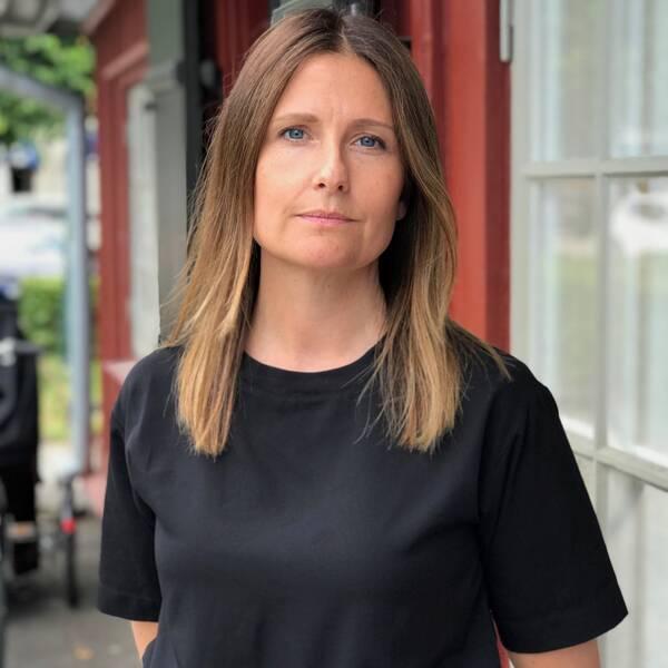 Petra Karlsson, verksamhetschef på kvinnojouren Linnéan, framför rådhuset i Lidköping.
