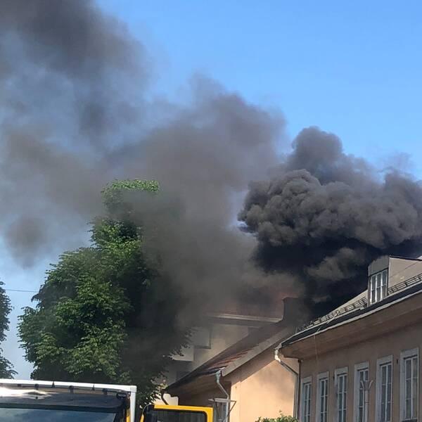 Montage av bilder. Till vänster brand i en lägenhet i Örebro. Till höger en bild på Johan Görtz, som är VD för Esswege fastigheter.