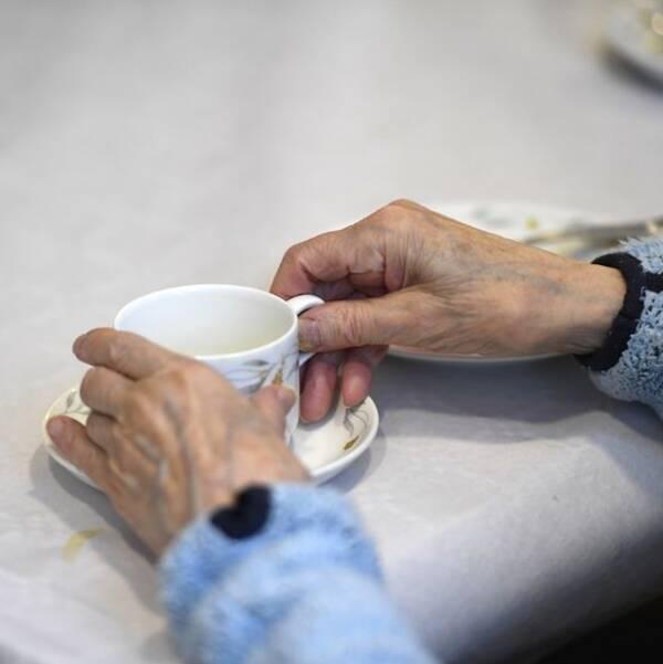 En äldre person dricker kaffe på ett äldreboende. Arkivbild.