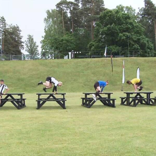 idrottare hoppar över bänk, och en pokal