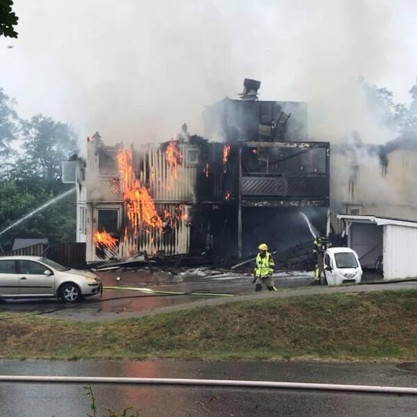 brand i byggnad och en brandman i montage