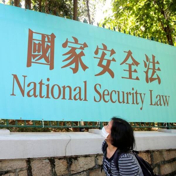 Hongkongborna fick reda på innehållet i den nya säkerhetslagen först när den hade införts. Skylt med information i Hongkong.