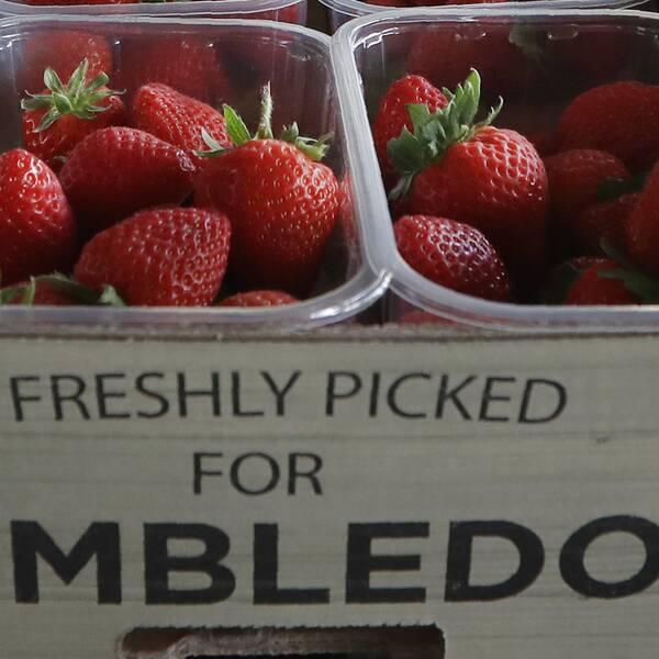 Wimbledon-jordgubbar skänks nu bort till sjukvårdspersonal.